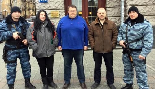 Фото Антона Геращенко с ментами, которые избили журналистов