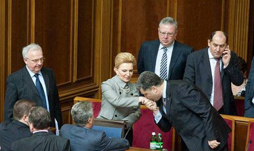 На фото Порошенко цілує руки Богатирьової