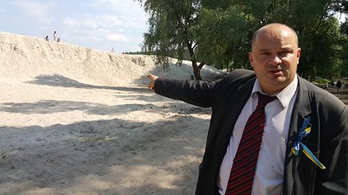 На фото Гладчук показує скільки Король та його посіпаки накрали піску у Бобриці