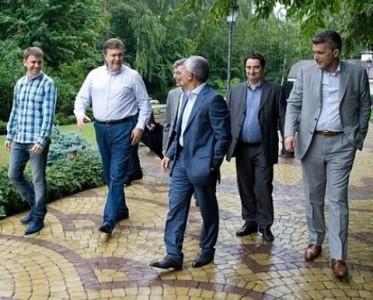 Михайло Подоляк (крайній зліва) у товаристві Віктора Януковича та українських журналістів)