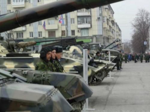 На фото рашисты 1 ноября 2014 года в Луганске