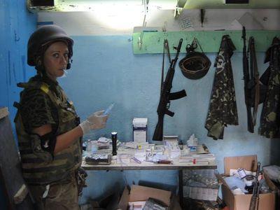 Катя-Сестра готовится оказать помощь очередному пострадавшему