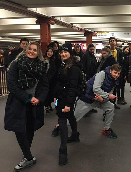 Дочь спикера Верховной Рады (по центру в шапке) с друзьями спускалась в метро Берлина, фото: facebook.com/CATScollegelondon